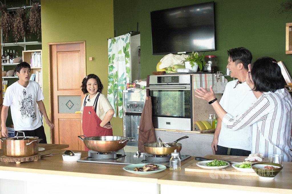 節目「阮三个」由演員楊貴媚(左2)、范少勳(左1)與主廚索艾克(右2)共同主持,在最新一集節目中,團隊安排范少勳媽媽(右1)驚喜現身錄影現場,讓范少勳驚訝到愣住。(公視提供)中央社記者王心妤傳真 109年4月9日