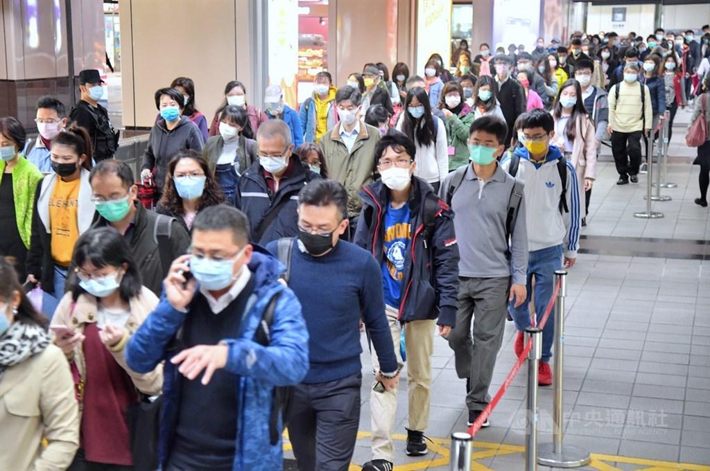 指揮中心指揮官陳時中9日說,相較於許多先進國家的致死率高於10%,台灣僅1.32%,數值相對低,醫療體系還很穩健。圖為民眾搭乘台北捷運都戴上口罩配合防疫。(中央社檔案照片)