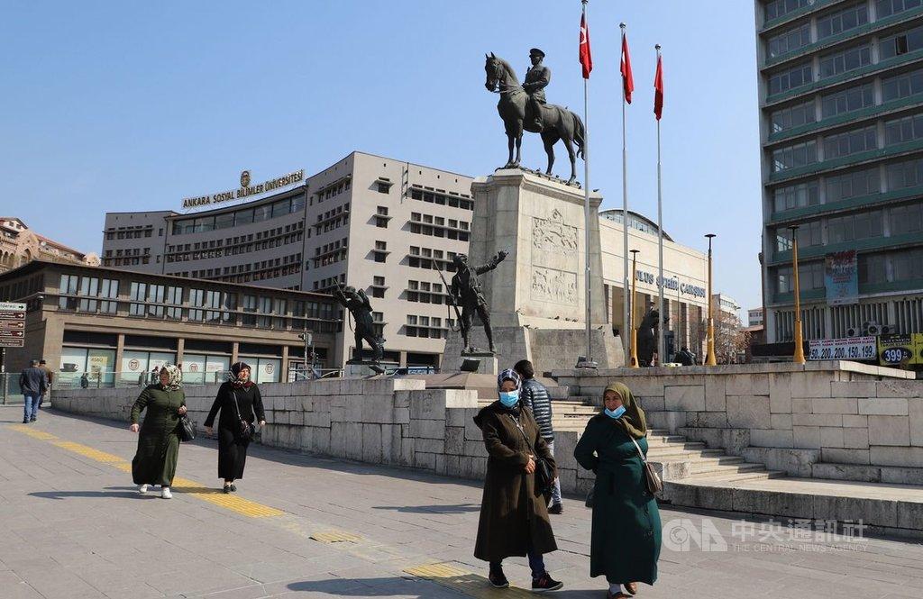 土耳其武漢肺炎通報確診病例數連日攀高,疫情日趨嚴峻。圖為戴上口罩的路人於3月25日行經安卡拉老城區地標勝利紀念碑前方。中央社記者何宏儒安卡拉攝109年4月9日