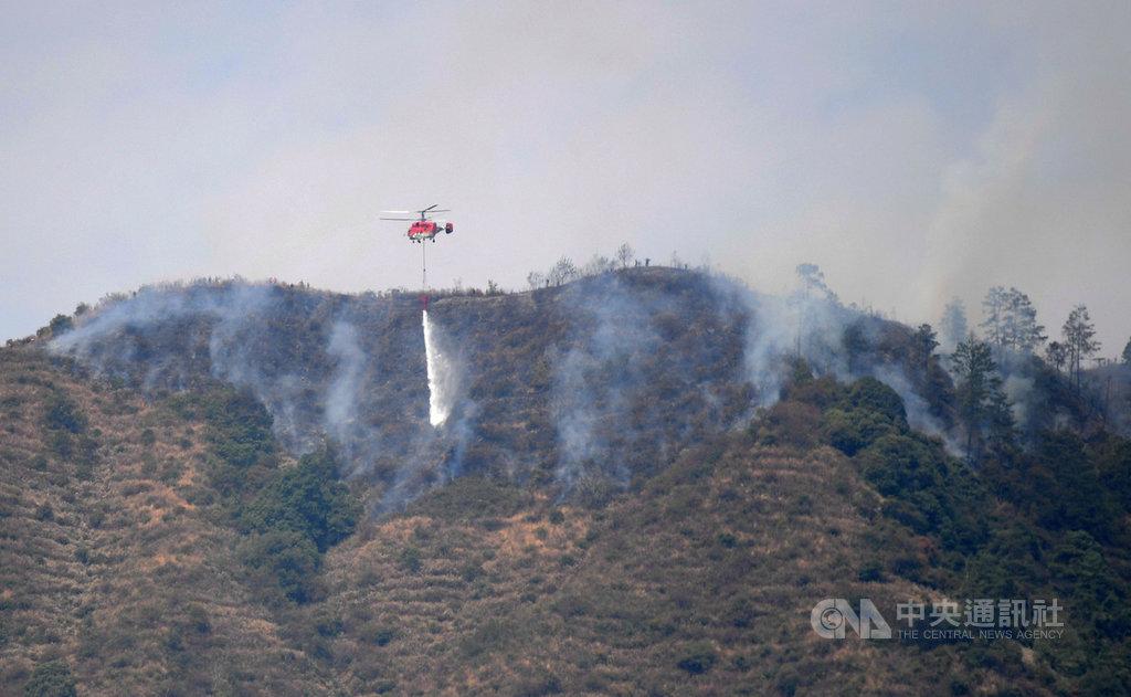 中國應急管理部官員9日表示,四川涼山森林火災難以控制原因在於,當地氣象複雜、此季節相對濕度低於20%,地形險峻、平均海拔3820公尺,而且容易復燃。圖為2日,消防直升機在西昌火場作業中。(中新社提供)中央社 109年4月9日