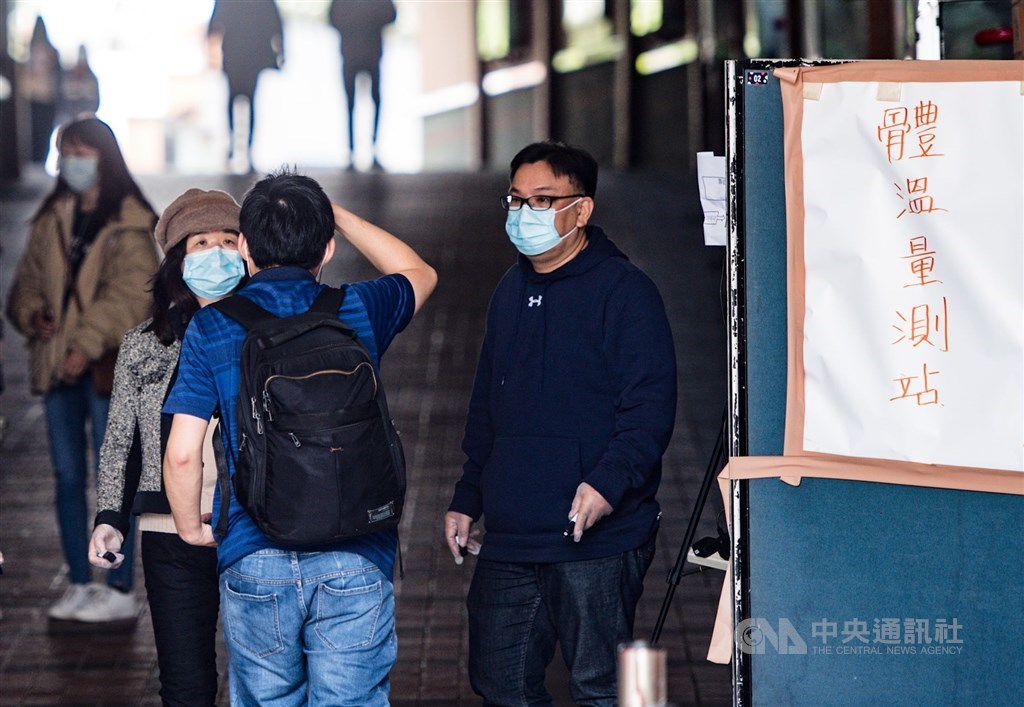 中國大陸教育部9日宣布,決定暫停2020年大陸各地各學歷層級畢業生赴台升學就讀的試點工作。圖為大學生進校園前檢測體溫。(中央社檔案照片)
