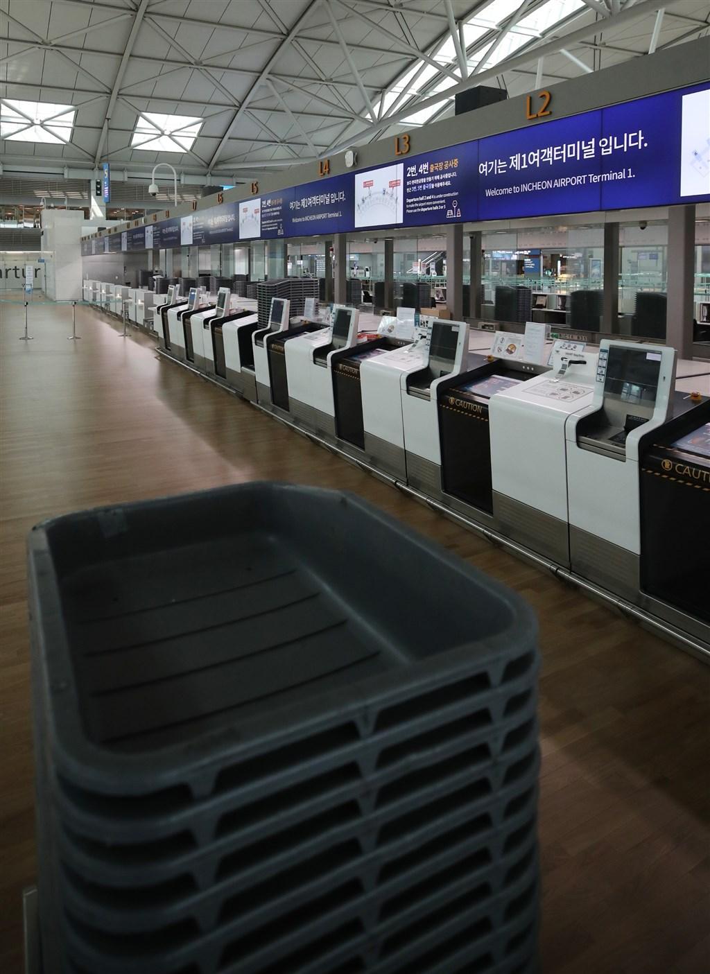 韓國政府9日宣布自13日起暫時取消90國的短期免簽入境待遇。圖為9日韓國仁川機場出境大廳空無一人。(韓聯社提供)