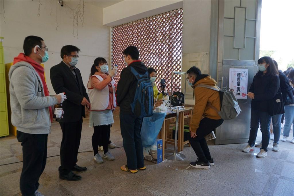 中國教育部9日宣布,決定暫停2020年大陸各地各學歷層級畢業生赴台升學就讀的試點工作。圖為大學生進校園須先量體溫。(中央社檔案照片)
