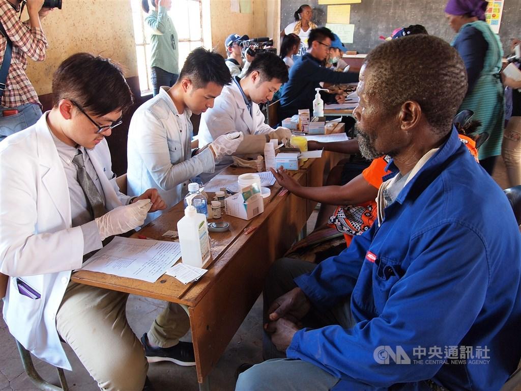 台灣雖然在非洲的邦交國數少,但長期在當地推動人道援助工作不遺餘力,包括早期的農耕隊到近年推動的義診、協助人員訓練、捐鞋及白米等物資。圖為2016年台灣駐史瓦帝尼醫療團到當地鄉下義診。(中央社檔案照片)