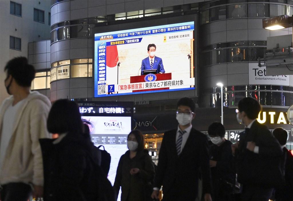日本政府為遏止武漢肺炎疫情蔓延,7日公布「緊急事態宣言」,由於疫情不算輕微的名古屋不在實施對象之列,意外引發網友熱議「又跳過名古屋」。圖為名古屋街頭播放首相安倍晉三宣布緊急事態宣言。(共同社提供)