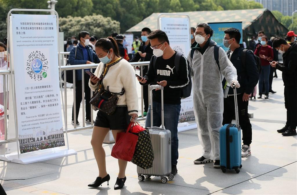 湖北武漢8日解封重啟,漢口火車站解除離漢通道管控,乘客戴口罩、用手機掃健康碼出行。(中新社提供)