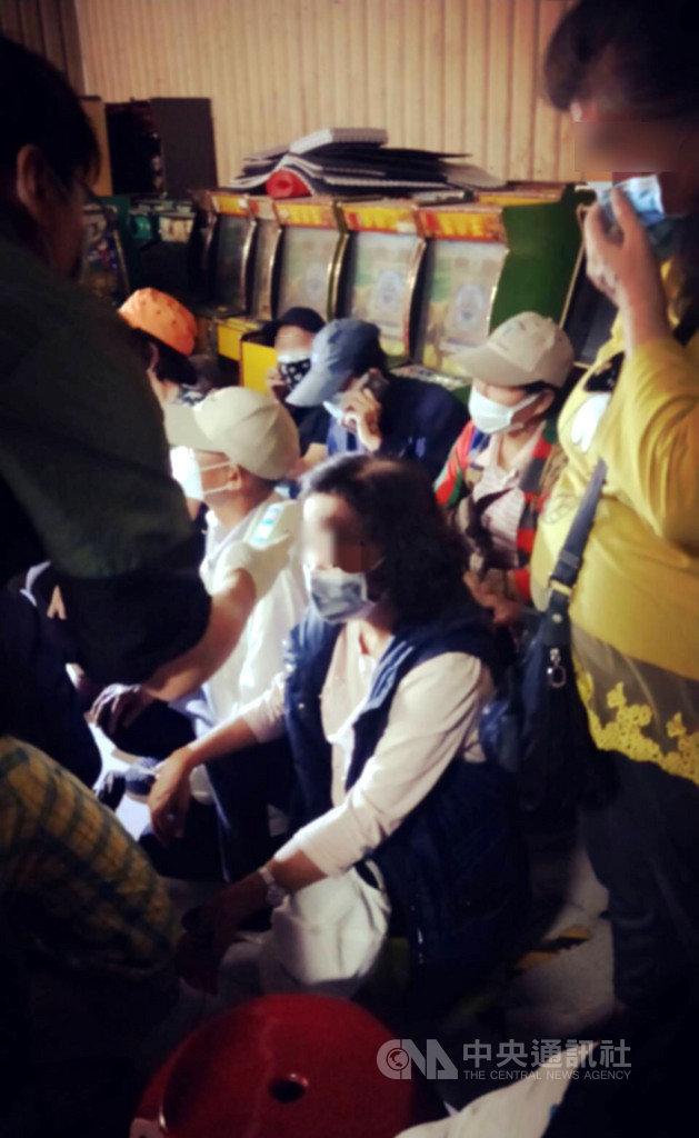 台南市政府警察局歸仁分局8日晚間破獲職業賭場,現場有10多名賭客未戴口罩,嚇得警方趕緊量額溫及發口罩。(台南市警局提供)中央社記者張榮祥台南傳真 109年4月9日