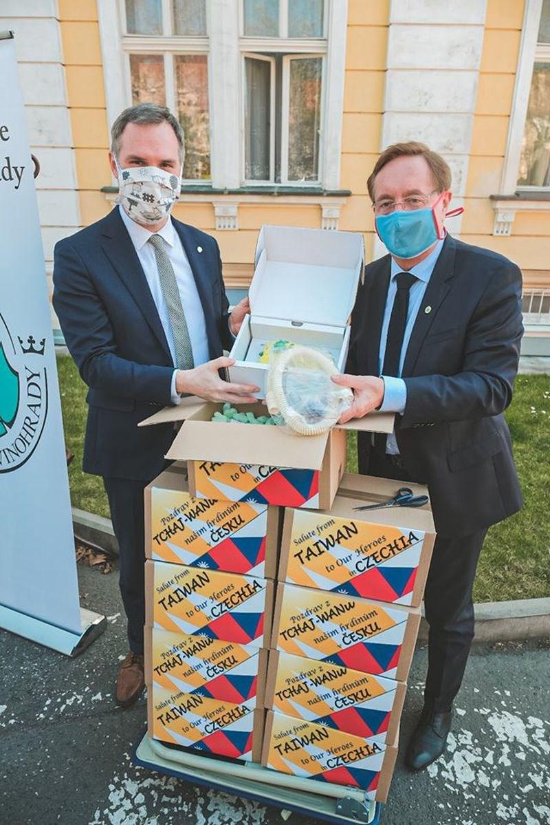 布拉格市長賀瑞普(左)8日在臉書公布他將台灣贈送的3台呼吸器,親自轉交給布拉格皇家Vinohrady大學醫院院長阿倫伯格的照片。(圖取自facebook.com/zdenek.hrib.primator)