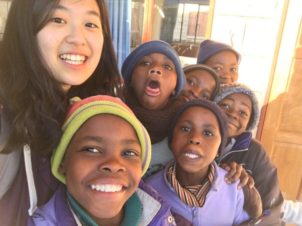 林薇(左)2015年在賴索托擔任志工,與當地兒童合影。(林薇提供)中央社記者戴雅真倫敦傳真 109年4月10日