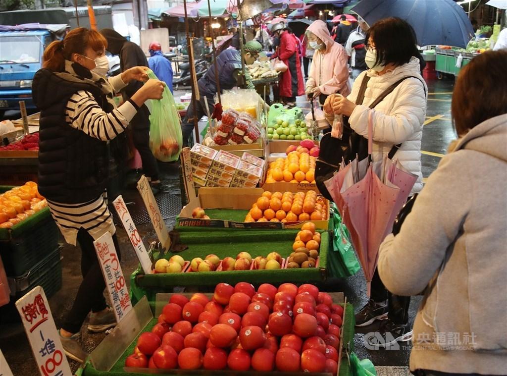 疫情指揮中心指揮官陳時中說,台灣防疫政策還算成功,才沒有爆發社區群聚。圖為民眾逛傳統市場戴口罩。中央社記者張新偉攝 109年4月6日