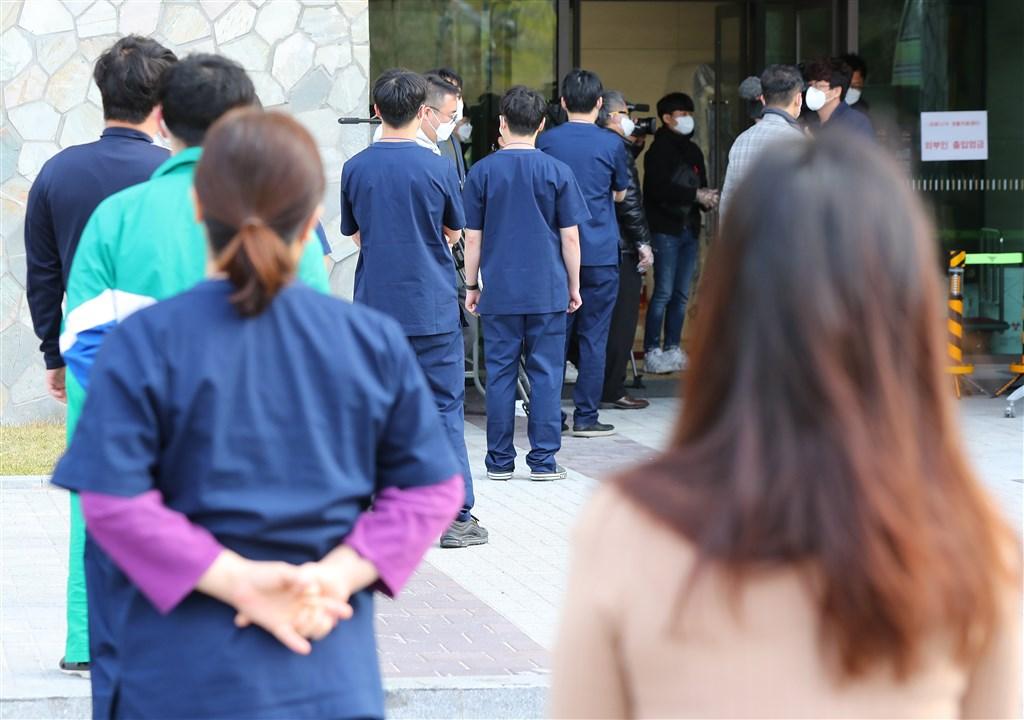 韓國國會選舉提前投票10日登場,當局設置8個投票所,供正在接受治療的武漢肺炎患者,以及在重災區治療中心服務的醫護人員投票。(韓聯社提供)