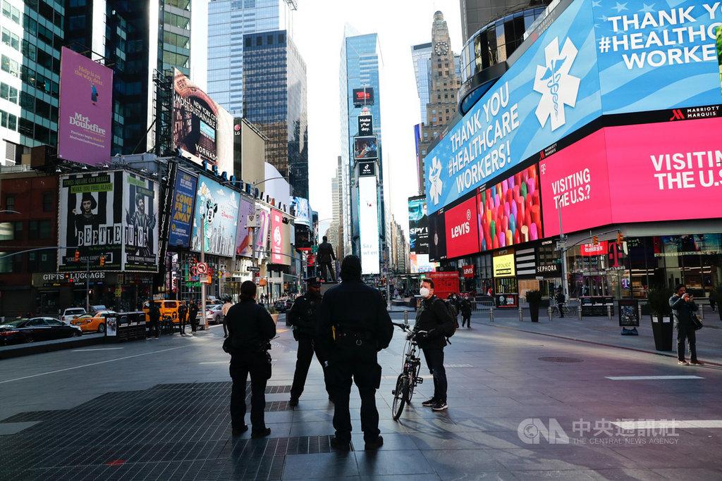 美國科學家研究發現,紐約的2019冠狀病毒疾病病毒多由歐洲傳入,但源頭仍指向中國。圖為3月紐約時代廣場上,螢幕顯示感謝醫護人員標語。(中新社提供)中央社 109年4月11日