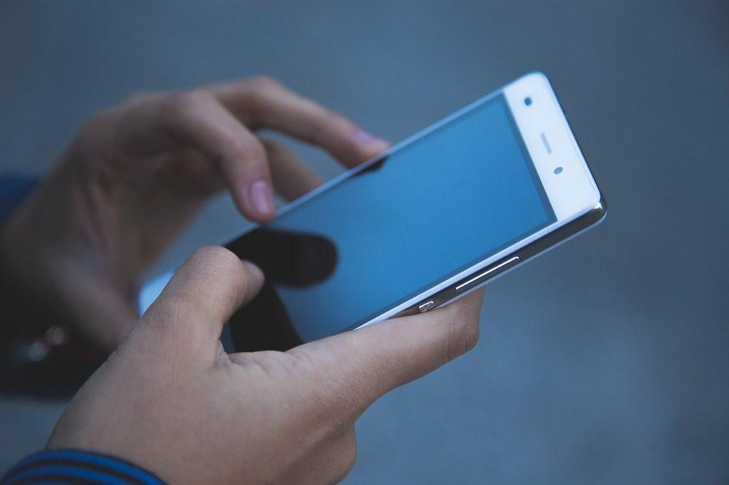 行政院資安處處長簡宏偉11日表示,正研發社交距離APP,可以透過藍芽偵測提醒民眾保持社交距離。(示意圖/圖取自Pixabay圖庫)
