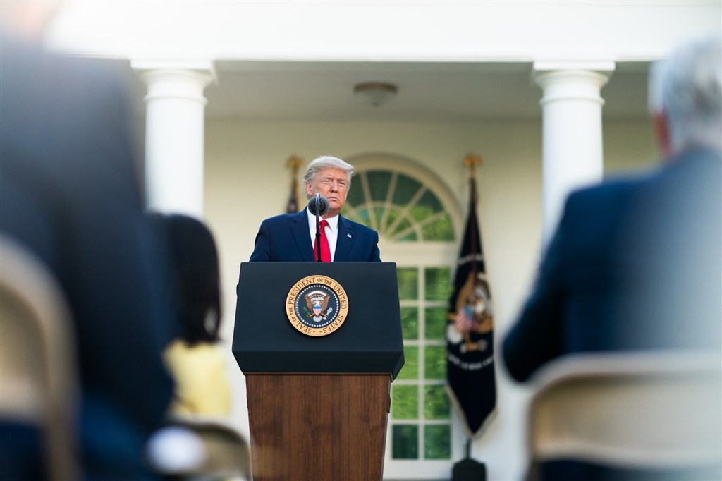 美國總統川普14日指出,針對世界衛生組織處理武漢肺炎方式,他已指示政府停止提供資金給WHO。(圖取自facebook.com/WhiteHouse)