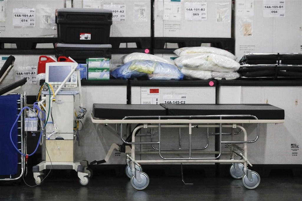 武漢肺炎在歐美地區疫情大爆發,患者數量激增,救命工具呼吸器的數量卻遠遠不夠,使得醫師面臨「該救誰」的痛苦抉擇。(美聯社)