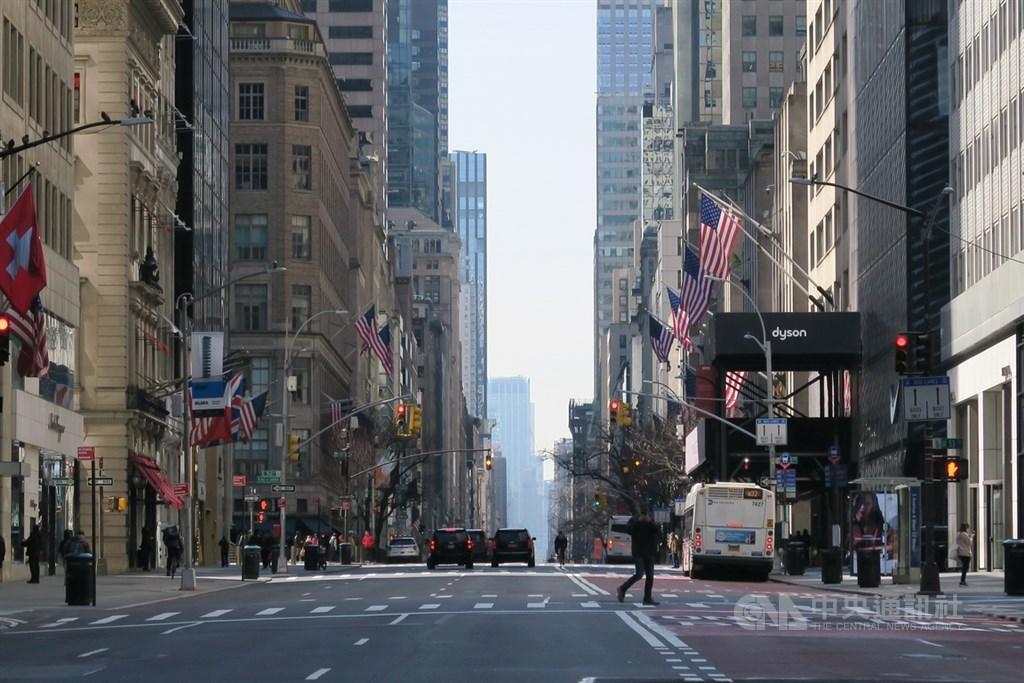美國明尼阿波利斯聯邦準備銀行總裁卡西卡里12日說,武漢肺炎對美國經濟造成破壞,未來復甦之路恐「漫長而艱辛」。圖為名店雲集的紐約曼哈頓第五大道一片蕭條。中央社記者尹俊傑紐約攝 109年3月19日