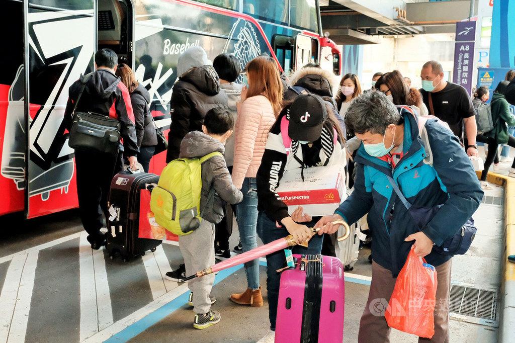 上海第一班類包機旅客3月29日抵台前往檢疫所後,13日屆滿14天解除隔離;清晨6時許,檢疫者陸續由家人接回,或是分梯次搭乘遊覽車前往高鐵桃園站和機場捷運站自行搭車返家。中央社記者吳睿騏桃園攝 109年4月13日