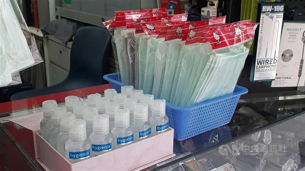 財政部長蘇建榮13日表示,新加坡商新科產製口罩均已順利出口,產線2月12日已移回新加坡。圖為新加坡商家販售口罩。中央社記者黃自強新加坡攝 109年3月8日