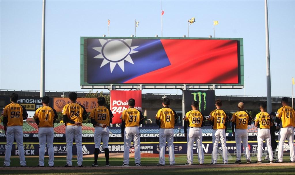 中華職棒12日在桃園的比賽延賽,洲際棒球場的中信兄弟與統一獅比賽照常進行,成為中職本季也是全世界職棒首場賽事,賽前演唱中華民國國歌,外野大螢幕亮出國旗。中央社記者張新偉攝 109年4月12日