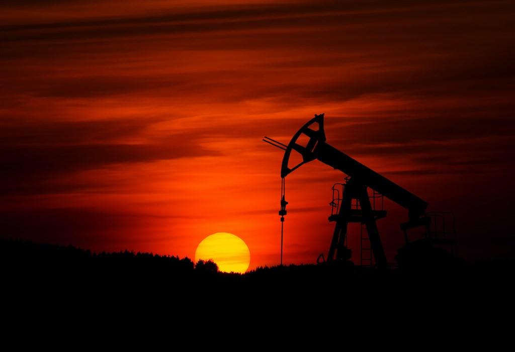 石油輸出國家組織、俄羅斯和其他產油國12日達成協議,同意在5月至6月期間每天減產970萬桶原油。(示意圖/圖取自Unsplash圖庫)