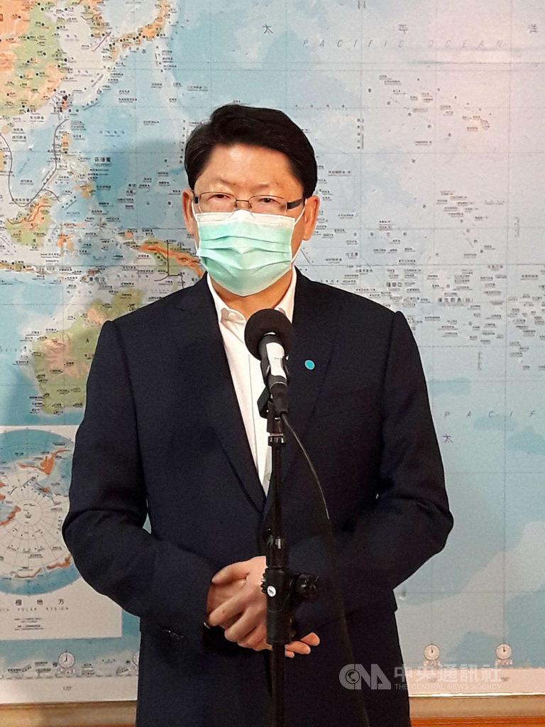 中華航空是否應改名問題,武漢肺炎疫情期間又被提出討論,因英文名稱China Airlines易被誤以為是中國的航空公司。交通部政務次長黃玉霖(圖)13日在立法院接受媒體聯訪時說,這個議題「交通部是開放的」,歡迎大家討論。中央社記者范正祥攝  109年4月13日