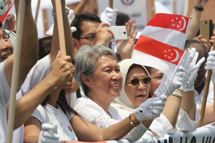 台灣援贈新加坡口罩,新加坡總理李顯龍夫人何晶(前右4)臉書轉發相關報導,還發文「Errrr...」一度引起熱議,但她已修改這段文字,對來自台灣的協助表示感謝。(中央社檔案照片)