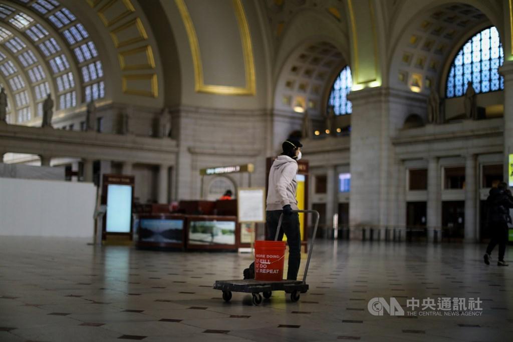 面對武漢肺炎威脅之下,美國華府以往最繁忙的聯邦車站(Union Station)入口大廳變得空蕩蕩,只有零星幾位民眾。中央社記者徐薇婷華盛頓攝 109年4月5日