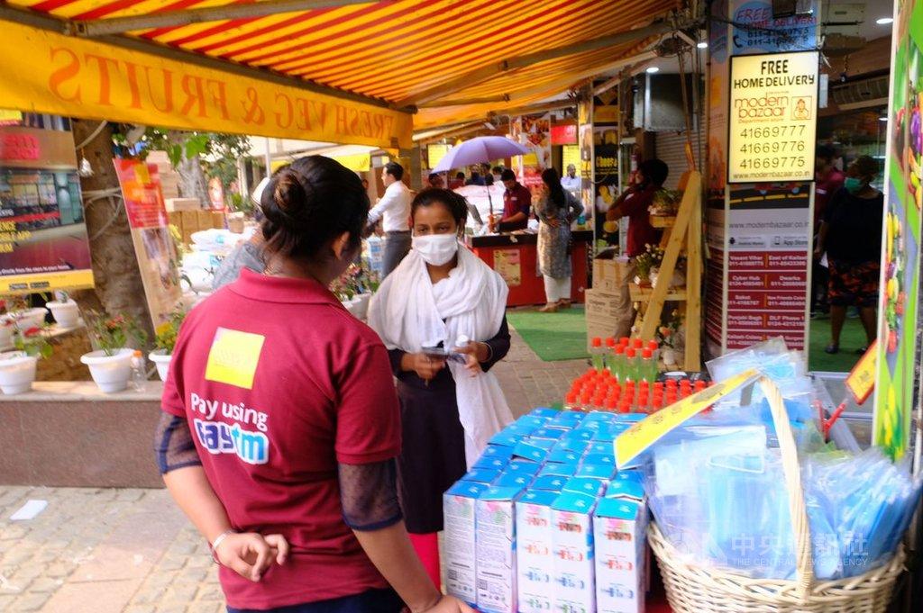 印度3月25日起全國封鎖21天,只允許民眾有需要時到住家附近商店購買食品與民生必需品。中央社記者康世人新德里攝 109年4月14日