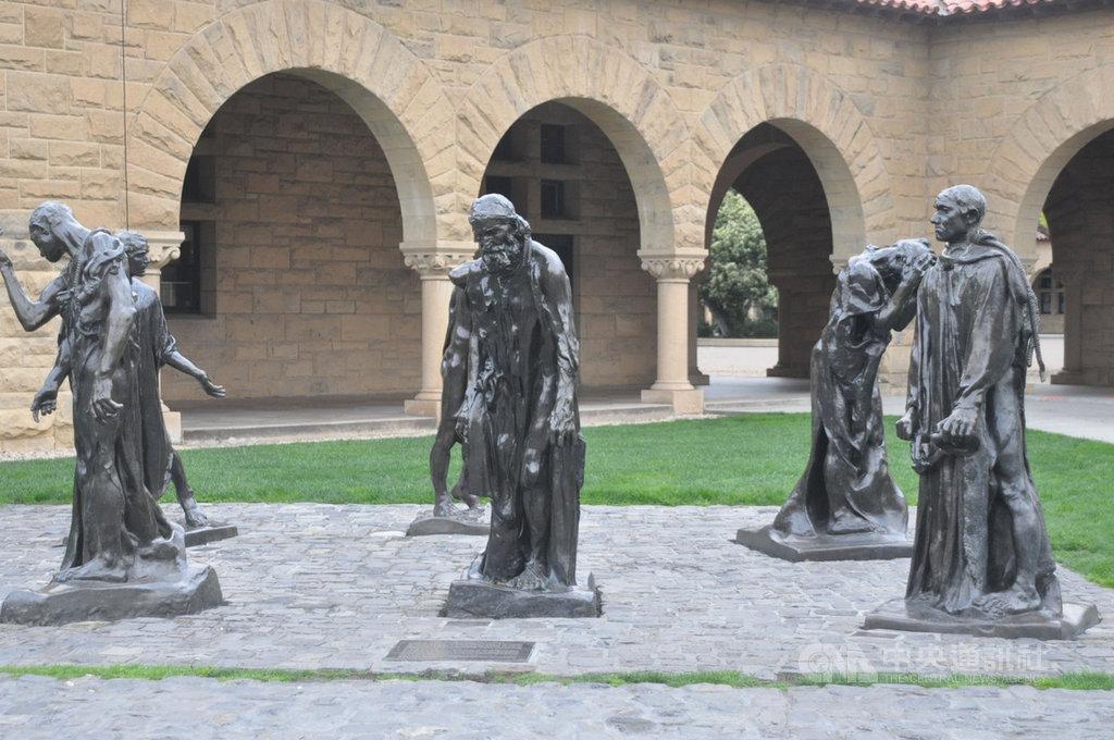 加州史丹福大學校園中展示著法國藝術家羅丹的雕塑作品,包括「地獄之門」等,人物雕像中痛苦的表情寫實,其中一尊像是「頭殼抱著燒」,在疫情下看更有感觸。圖攝於3月23日史丹佛大學。中央社記者周世惠舊金山攝 109年4月14日