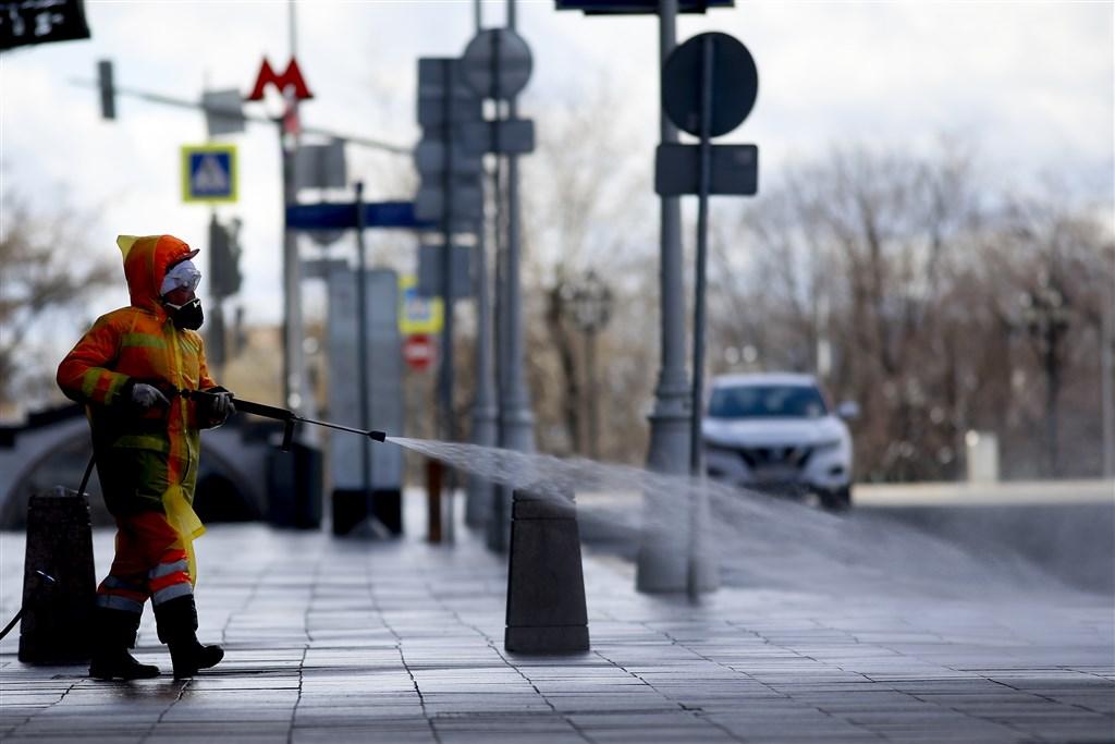 俄羅斯13日通報武漢肺炎單日最高新增病例,加強封鎖措施之際,總統蒲亭警告官員,準備因應疫情「最誇張的」狀況。圖為防疫人員在莫斯科街道消毒。(安納杜魯新聞社提供)