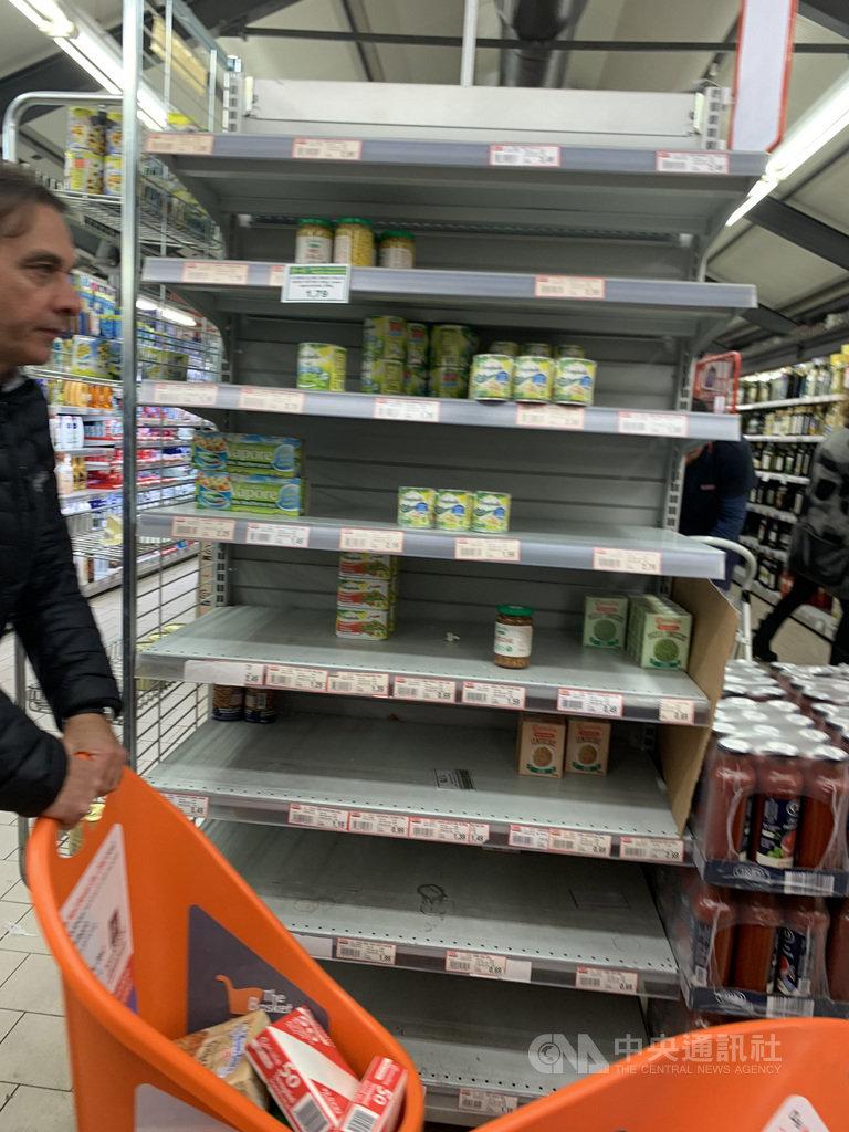 義大利超市物資供應充足,但在疫情爆發初期發生過幾波搶購潮。中央社記者黃雅詩羅馬攝 109年4月14日