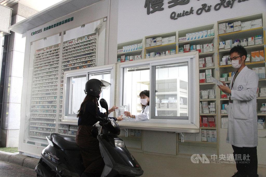 成大醫院「領藥快e通」院外領藥新措施15日上路,領藥者只要3天前預約,就能直接到門診大樓外領藥,不用踏進院內。(成大醫院提供)中央社記者張榮祥台南傳真 109年4月15日