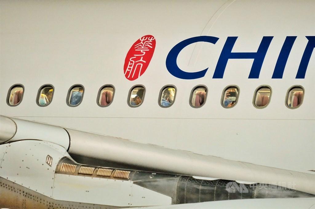 華航運送援外口罩,引起華航改名爭議。根據民航局預估,華航更名涉及航權、航線、時間帶合約到期時間等問題,成本至少要新台幣11億元。(中央社檔案照片)