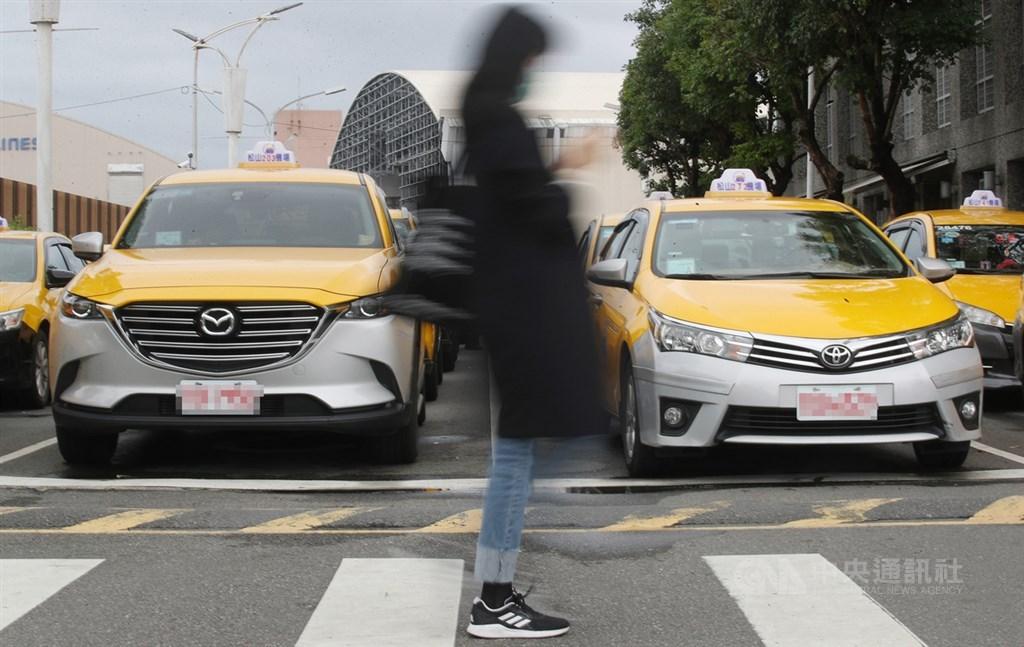 民眾搭乘大眾運輸交通工具,若未戴口罩將開罰3000元到1萬5000元,海、空運航班、計程車及市區公車等都包含在內。(中央社檔案照片)