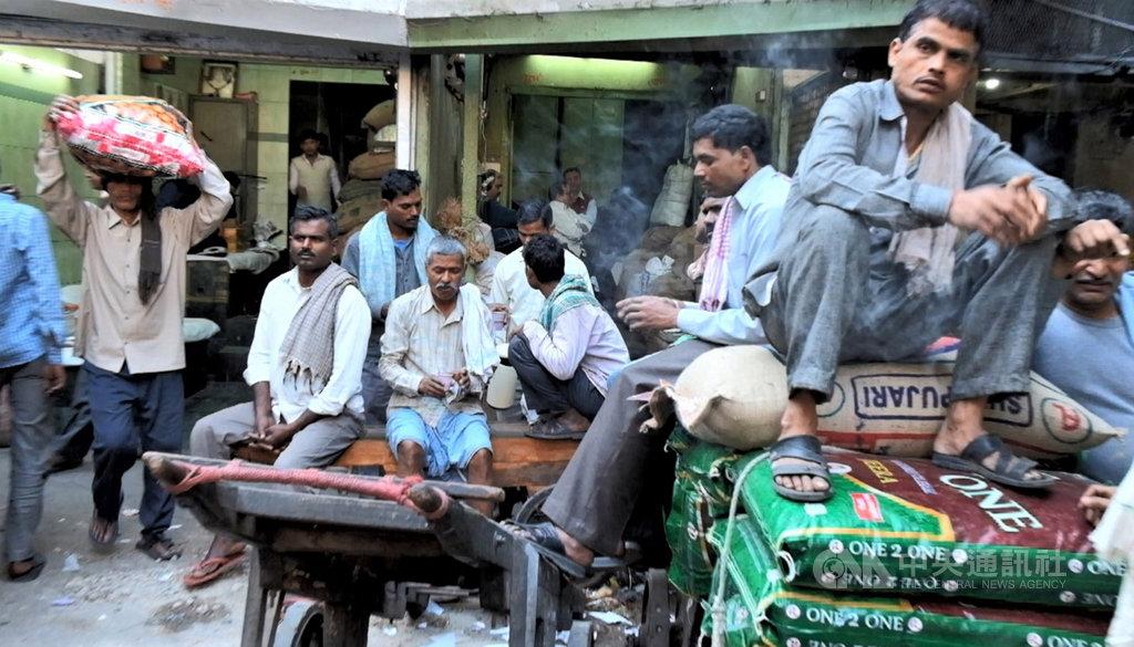 印度全國封鎖延長後,最痛苦的是從農村到都市討生活的日薪工人,他們將面對失業許久後的經濟困境。圖為德里月光市集搬運工人忙裡偷閒的資料照片。中央社記者康世人新德里攝 109年4月15日