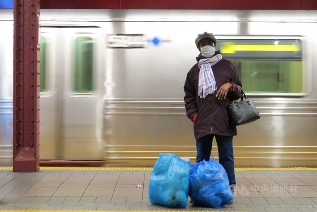 紐約州長古莫16日宣布,居家防疫延長至5月中,大眾交通工具乘客與駕駛都須以口罩等方式遮住口鼻。圖為民眾戴口罩在曼哈頓34街地鐵站月台等車。中央社記者尹俊傑紐約攝 109年4月17日