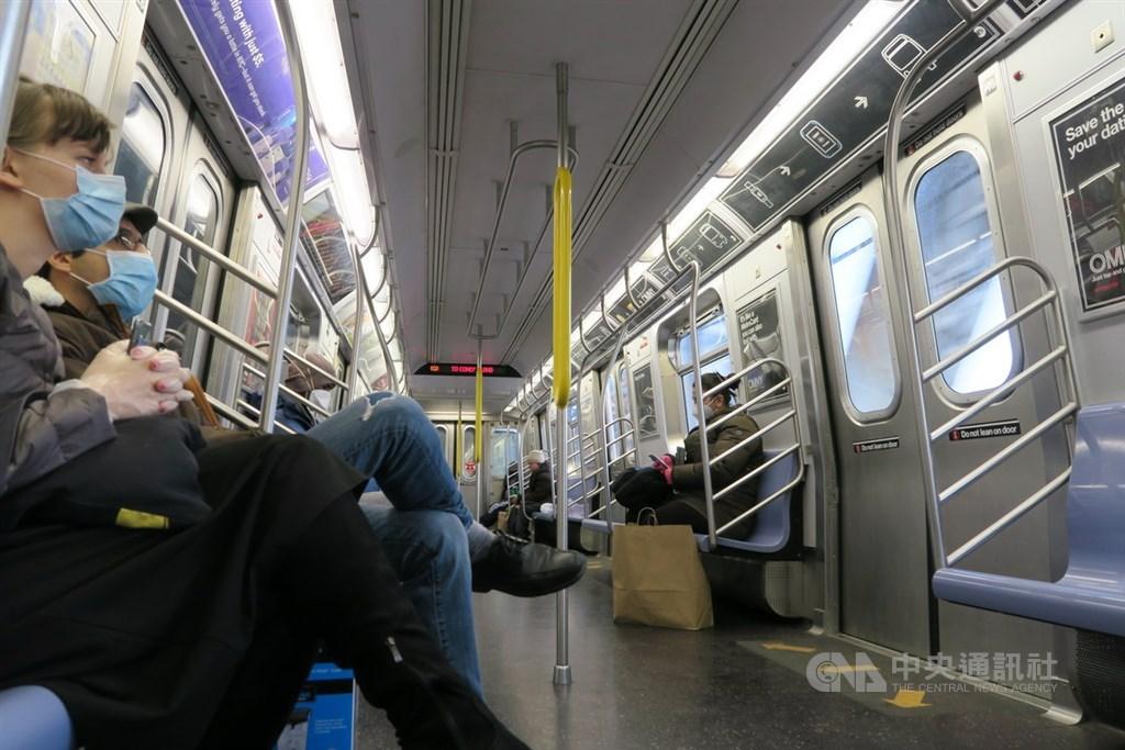 為防止武漢肺炎疫情回溫,紐約州長古莫15日宣布,將要求民眾在無法保持社交距離的公共場合配戴口罩。圖為紐約地鐵乘客戴口罩與手套防疫。中央社記者尹俊傑紐約攝 109年4月16日