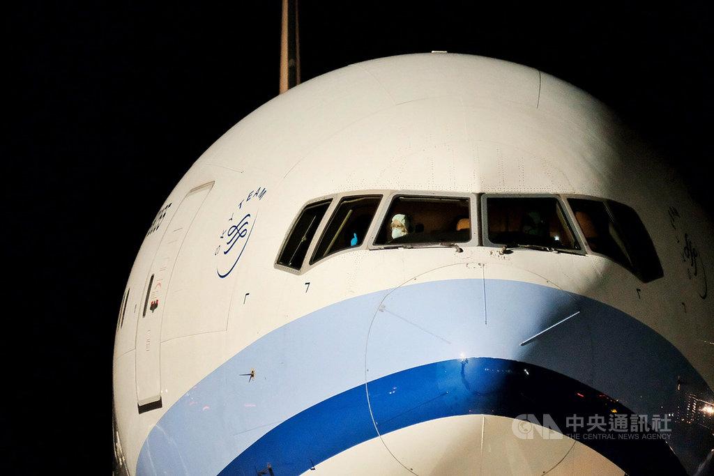 第2批湖北類包機20日晚間抵台,自上海接回滯留湖北的231人,看見媒體大陣仗迎接拍攝,機師頻頻揮手並比讚。中央社記者吳睿騏桃園機場攝 109年4月20日