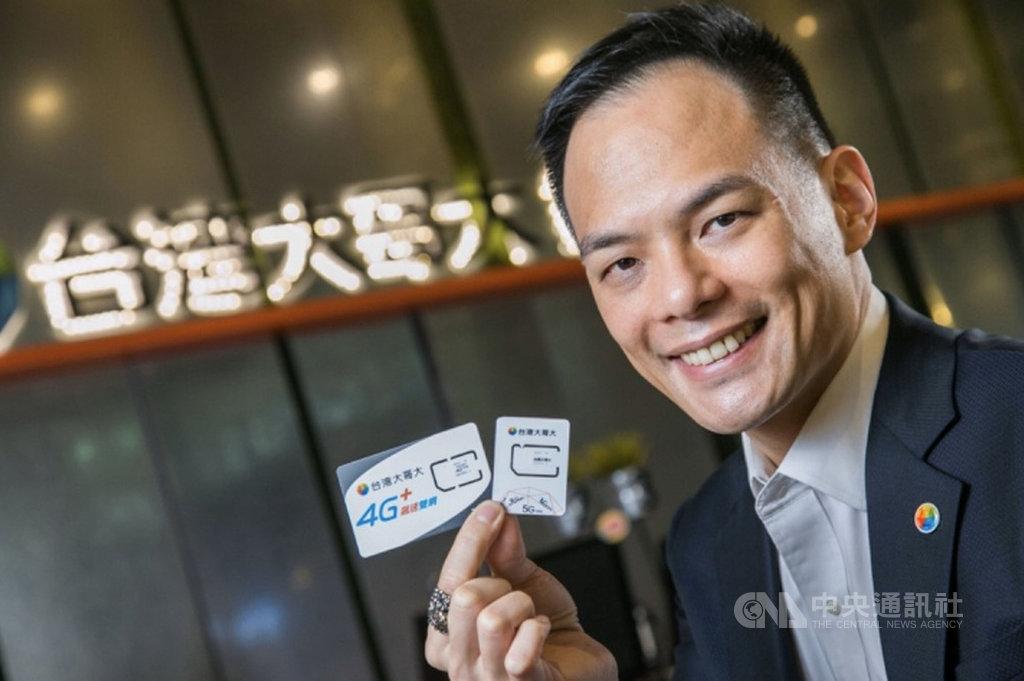 5大電信將在今年第3季開台5G,台灣大哥大總經理林之晨秀出全台首張5G SIM卡,因減少外層板卡,比原本4G SIM卡小一半。(台灣大提供)中央社記者江明晏傳真  109年4月20日