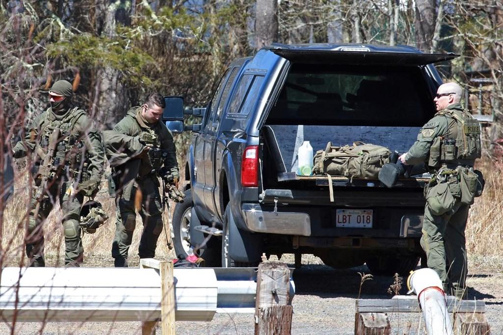 加拿大警方表示,諾瓦斯科細亞省一名槍手在大開殺戒的12小時內殺害逾13人,受害者包括一名女警。圖為加拿大警方搜索槍手。(路透社提供)