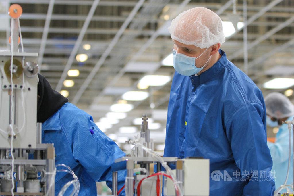 鴻海正在美國威斯康辛州廠區組裝口罩,提供醫療藥劑、執法和照護等專業人員使用抗疫。圖為威州廠區組裝口罩現場。 (鴻海提供)中央社記者鍾榮峰傳真  109年4月21日
