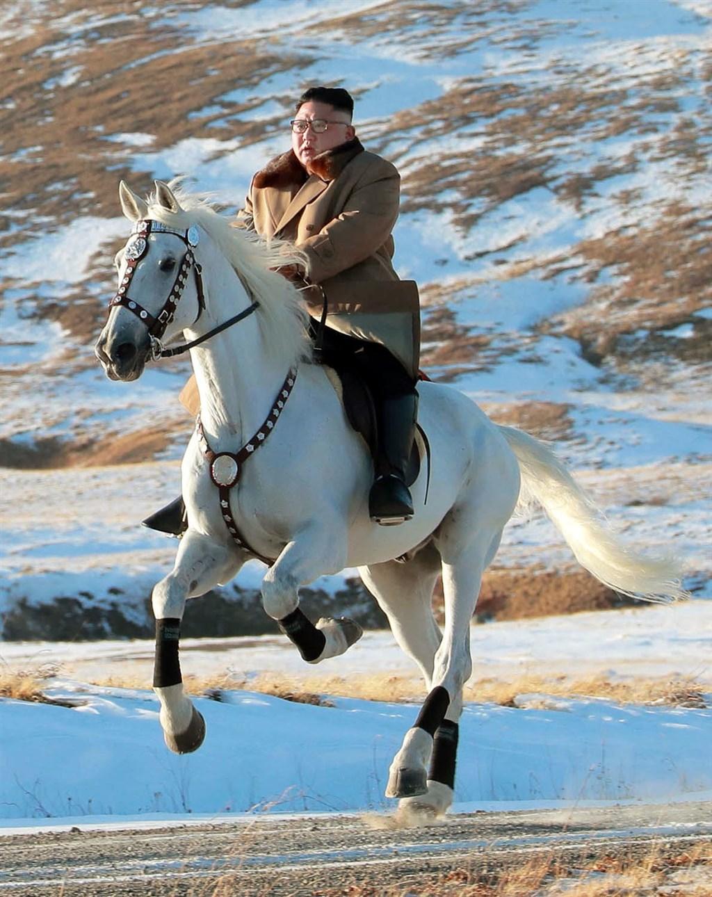 外媒報導,近日來行蹤成謎的北韓領導人金正恩(圖)是因隨扈感染武漢肺炎,才轉往海邊度假勝地元山市走避。(檔案照片/共同社提供)
