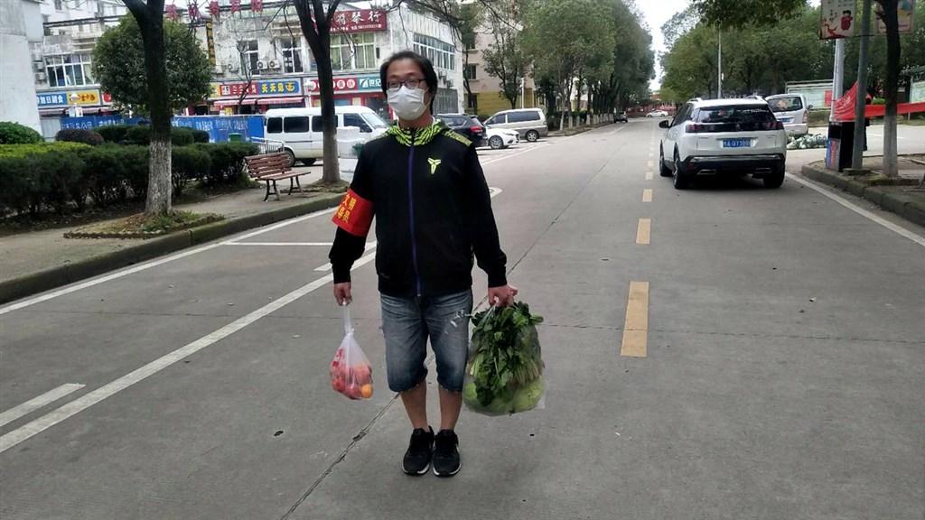台商小趙1月底到武漢參展時,遇上封城。這段時間他和其他台商一起在當地當志工,為居民送物資。圖為小趙在武漢街頭為居民送菜。(受訪者提供)中央社記者沈朋達傳真 109年4月20日