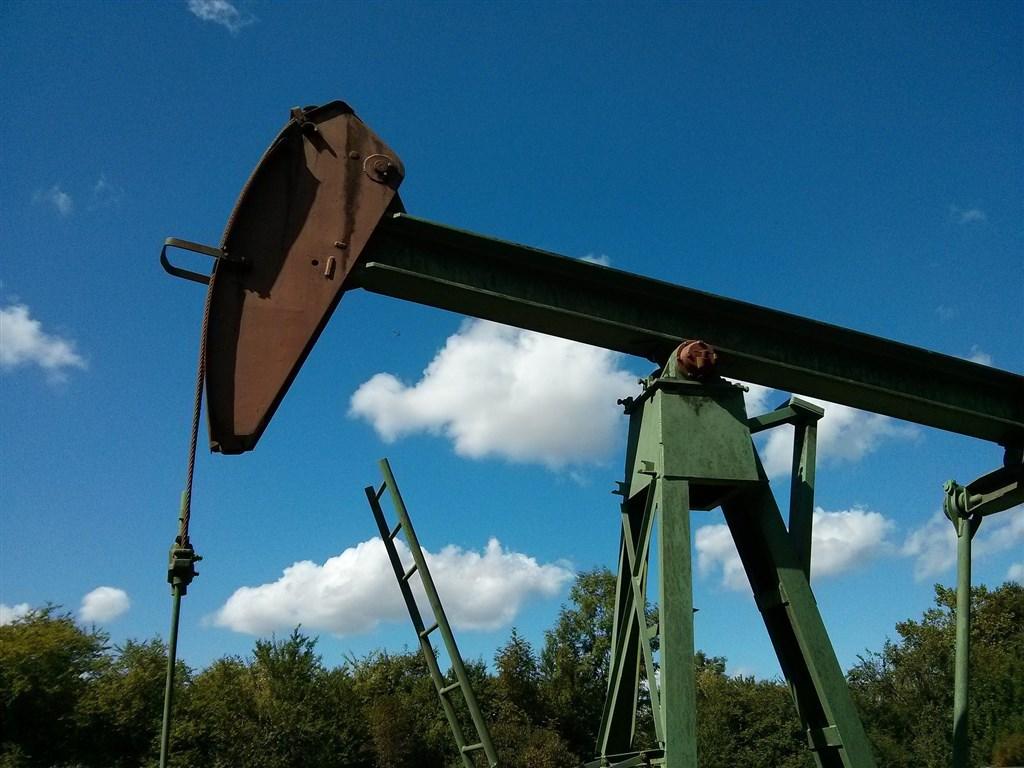 美國即將到期的原油期貨價20日跌破0美元,為史上頭一遭(圖取自Pixabay圖庫)