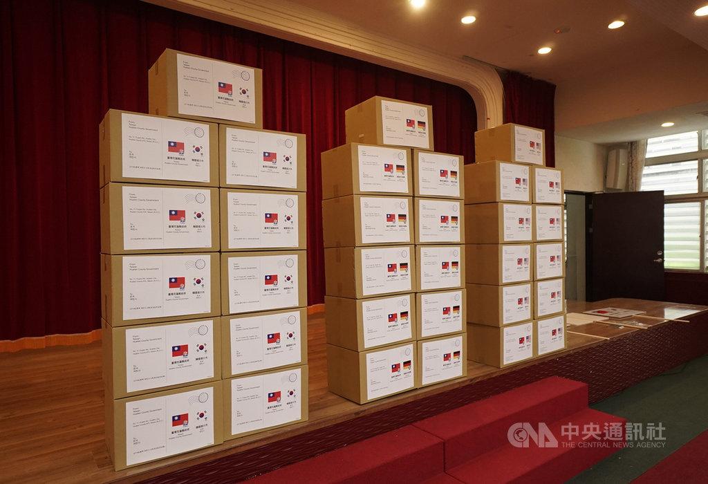 花蓮縣政府匯集9000個口罩套、1500個護目鏡及防護衣等防疫物資,近日將陸續寄送給德、韓、美3個姊妹市,協助姊妹市對抗疫情,度過難關。中央社記者張祈攝 109年4月23日