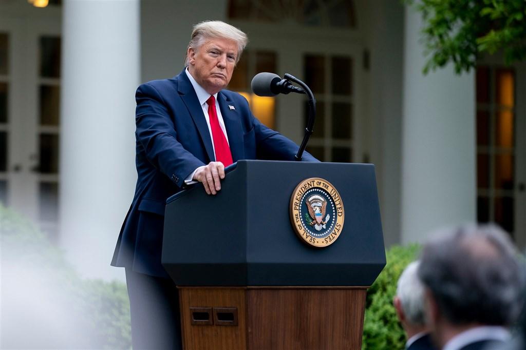 美國總統川普22日宣布,他已簽署命令暫禁移民入境美國,主張這項嚴厲措施能在武漢肺炎危機期間保障美國人民的工作機會。(圖取自facebook.com/WhiteHouse)