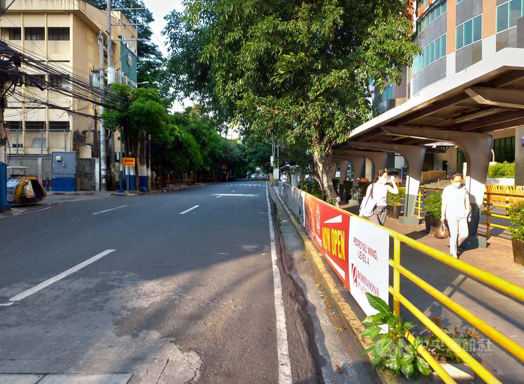 因疫情未緩和,大馬尼拉地區強化社區隔離將延長到5月15日,菲律賓政府也要求民眾戴口罩出門,路上車輛稀少,顯得相當冷清。照片攝於20日。中央社記者陳妍君馬尼拉攝 109年4月24日