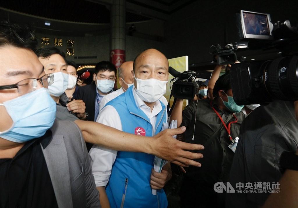 高雄市長韓國瑜(中)強調,研擬的所有防疫完全是基於保護全體市民健康,並沒有其他想法,他盡心盡力防疫卻遭無情抹黑,「超乎我們的想像」。(中央社檔案照片)