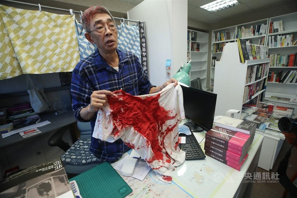 香港銅鑼灣書店前店長林榮基21日遭不明男子潑漆,造成林榮基頭部、衣褲都是紅漆污漬。圖為林榮基22日在書店受訪,展示衣服上的紅漆。中央社記者張新偉攝 109年4月22日