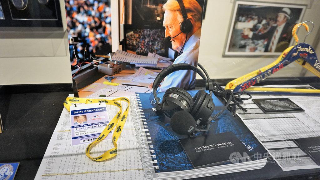 92歲傳奇播報員史卡利(Vin Scully)在道奇隊史占有重要地位,圖為球場擺設他當年用過的耳機、麥克風、紀錄本與採訪證。中央社記者林宏翰洛杉磯攝 109年4月24日